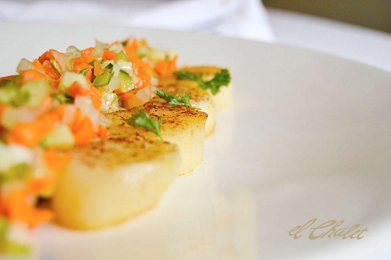 Rodaballo con patatas a la canela y vinagreta de verduras