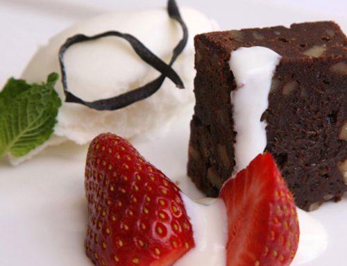 Escabeche de Fresas, Brownie de Cacao y Helado Especiado