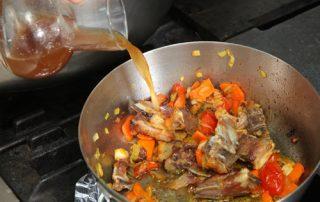 Paso 4: Dorar Huesos con Verduras y Mojar con Caldo