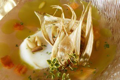 Sopa fría de tomate, bacalao, piñones y cebolleta crujiente