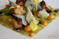 Alcachofas y pulpo asado, ajo negro y emulsión de pimentón