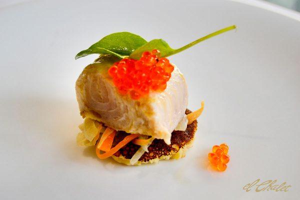 Ensalada de esturión escabechado, blinis y caviar de trucha