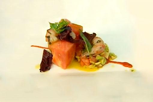 Ensalada de gambas al aroma de albahaca, tomate rosa y aguacate