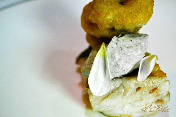 Merluza a la plancha, calamares bravos y mahonesa de algas