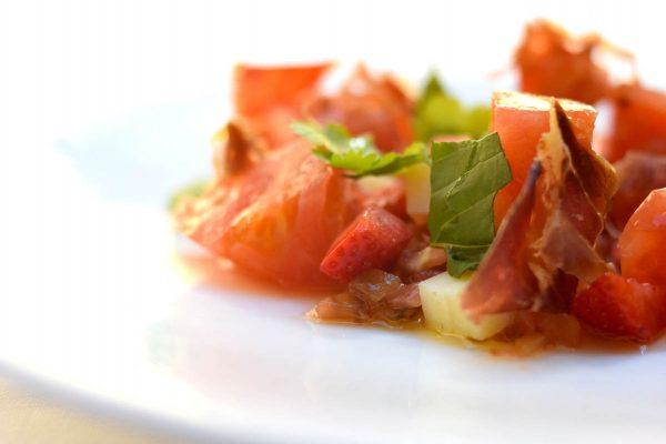 Ensalada de tomate, fresas, cecina y queso del Moncayo