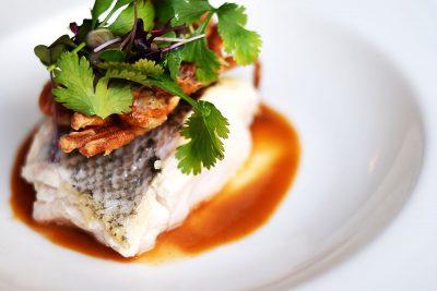 Lomo de merluza plancha, y cangrejo de cáscara blanda