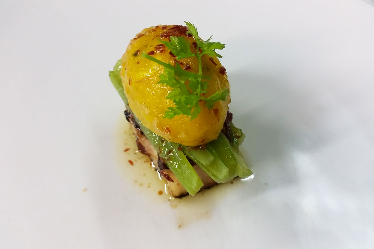 Patata, borrajas, papada ibérica y polvo de jamón ibérico