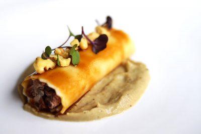 Canelón de ternasco de Aragón y berenjena, miel y frutos secos