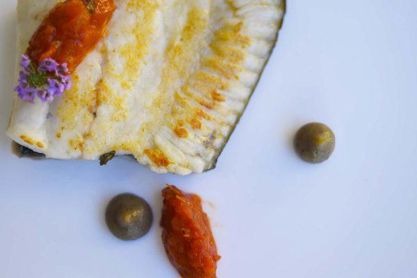 Rodaballo al horno, berenjena ahumada y tomate especiado