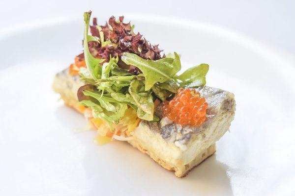 Ensalada de esturión en escabeche, blinis y caviar de trucha