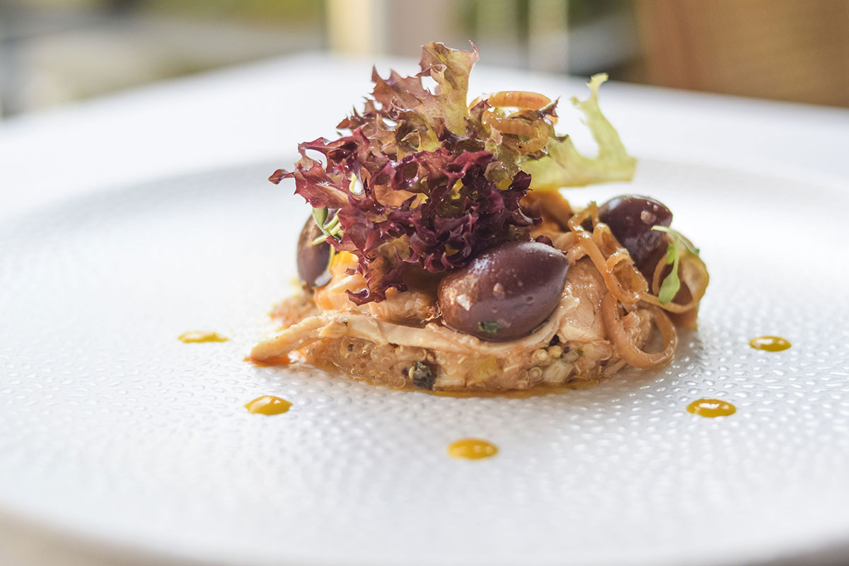 Ensalada de quinoa, mango, pollo de corral y olivas de Kalamata