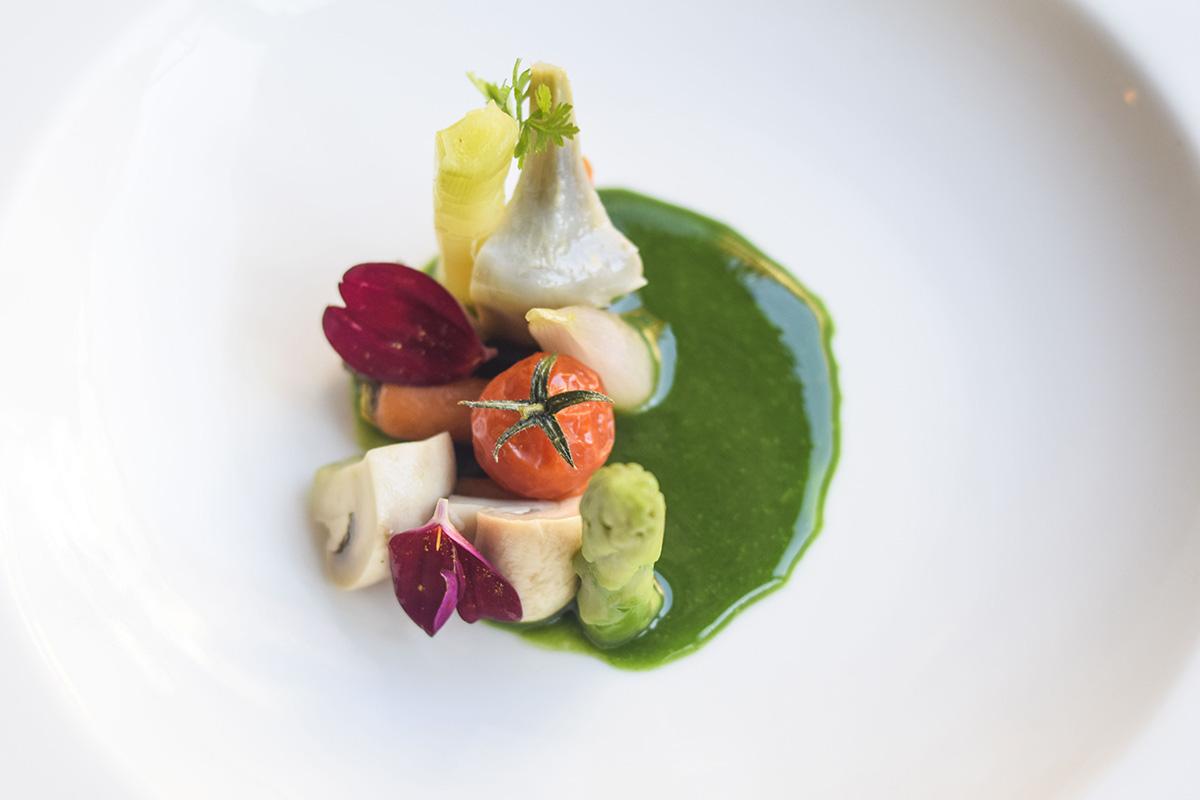 Salteado de verduras de temporada y jugo de vainas